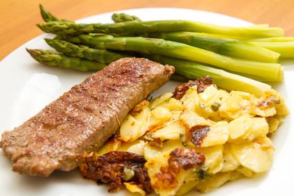 Serviervorschlag - Lammlachse mit Kartoffelgratin und grüner Spargel