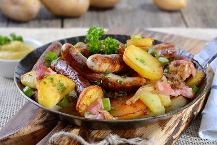 Bratwurstpfanne mit Bratkartoffeln, Speck und Zwiebeln