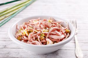 Wurstsalat am dekorierten Tisch